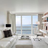 Дизайн узкой гостиной с балконом