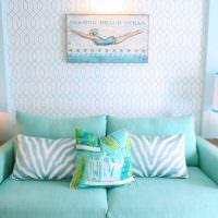 Диван в гостиной морского стиля оформления