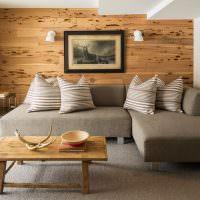 Деревянные панели на стене комнаты в эко стиле