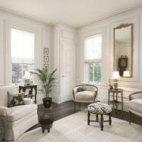 Светлая гостиная с тремя окнами