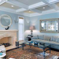 Интерьер гостиной с камином в голубых тонах