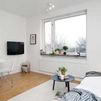 Окно в гостиной частного дома без занавесок