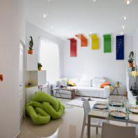 Яркий декор в белой гостиной