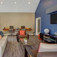 Дизайн гостиной с разным цветом стен