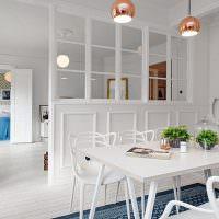 Обеденный стол белого цвета в трехкомнатной квартире