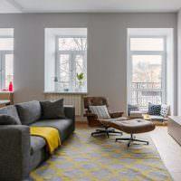 Серый диван в белой комнате