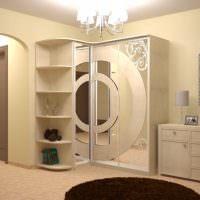 Кремовая отделка шкафа в тон покраски стен