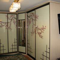 Шкаф в гостиной с глянцевыми поверхностями