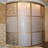 Золотистые орнаменты на стеклянных дверцах шкафа