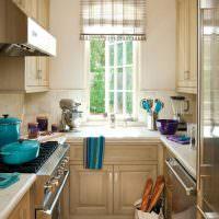 Сумка с продуктами на полу кухни