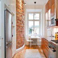 Деревянный пол в светлой узкой кухне