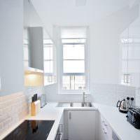 Белая кухня с акриловыми фасадами