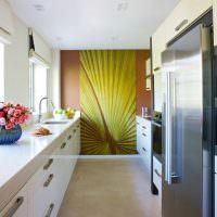 Яркое панно в конце длинной кухни