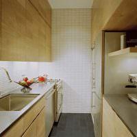Узкая кафельная плитка на стене кухни