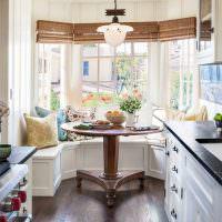 Обеденная зона в эркере кухни