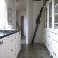Кухня с высокими шкафами в частном доме