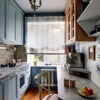 Люстра в форме подсвечника на потолке кухни