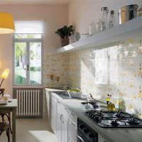 Кафель с цветочками на кухонном фартуке
