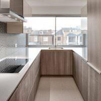 Узкая кухня в минималистическом стиле
