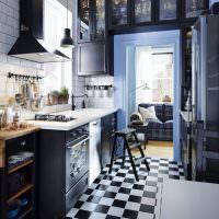 Черно-белая клетка на кухонном полу
