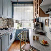 Узкий обеденный стол вдоль стены кухни