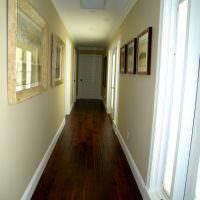 Темно-коричневый пол в коридоре со светлыми стенами