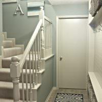 Вешалка с крючками напротив лестницы на второй этаж частного дома