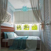 Римские шторы на окне узкой спальни