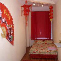 Красные занавески на окне малогабаритной спальни