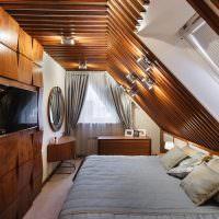 Деревянная отделка спальни в мансарде загородного дома