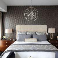 Серые бумажные обои над кроватью