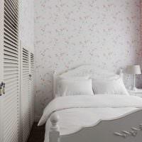 Светлая спальня с обоями в цветочек