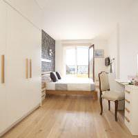 Белая спальня с окном в конце