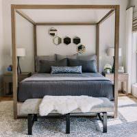 Деревянный каркас над серой кроватью