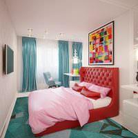 Красная кровать в узкой спальне