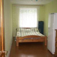 Деревянная кровать в спальне сельского дома