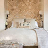 Ниша для изголовья кровати в спальне частного дома