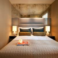 Зеркальная стена над узкой кроватью