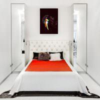 Два узких зеркала на стене спальни