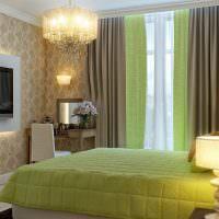 Сочетание зеленых штор с покрывалом на кровати