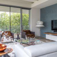 Панорамные окна в гостиной частного дома