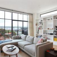Панорамное окно в гостиной многоэтажного дома