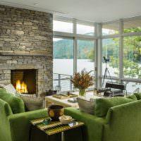 Зеленые диваны в зале с панорамным остеклением