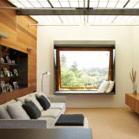 Интерьер маленького зала с квадратным окном