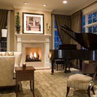 Зал частном дома с роялем