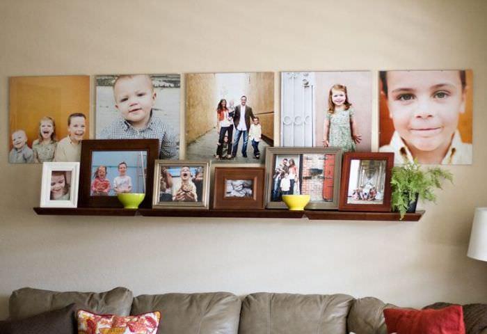 Полка с семейными фотографиями на стене гостиной