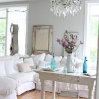 Мягкая мебель с белыми чехлами