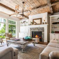 Деревянный потолок в гостиной сельского дома