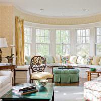 Дугообразный диван с декоративными подушками