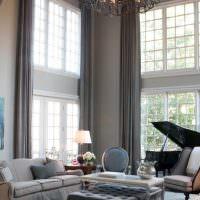 Серые шторы на высоких окнах гостиной